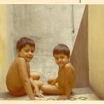 Gustavo y Carlos Samorano jugando en la escalera del conventillo de Patios de San Telmo