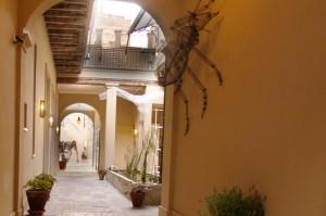 Detalle de la entrada a una habitación del hotel de cuatro estrellas con encanto en el casco viejo de Buenos Aires